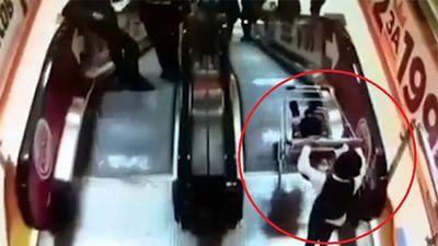 Thót tim cảnh cậu bé cho xe chở em trai trôi tự do ở thang máy
