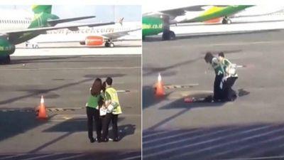 Người phụ nữ vượt hàng rào an ninh, đuổi theo máy bay trên đường băng vì đi trễ