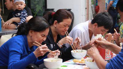 Bánh canh đông nghịt khách trước chung cư trăm tuổi ở Sài Gòn
