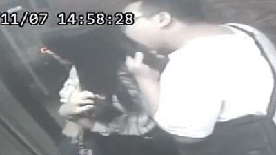 Bị bắt vì thích sờ, 'ăn' tóc phụ nữ khi đi thang máy