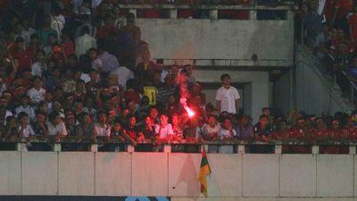 Pháo sáng xuất hiện ở trận Myanmar vs Việt Nam