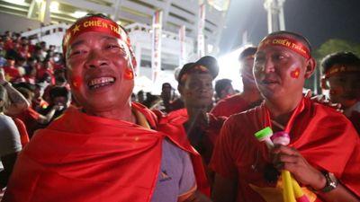 CĐV Việt Nam tại Myanmar tiếc nuối khi đội nhà không giành 3 điểm