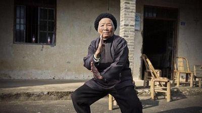 Cụ bà 94 tuổi múa Kungfu điêu luyện không thua gì thanh niên