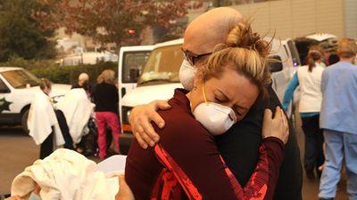 Xúc động loạt ảnh ấm tình người trong thảm họa cháy rừng California