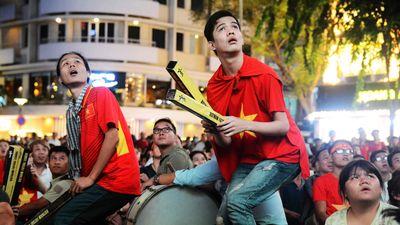 Ngàn người Sài Gòn tiếc ngẩn ngơ vì tuyển Việt Nam bị tước bàn thắng