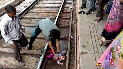 Bé gái sơ sinh thoát chết trong gang tấc khi đoàn tàu chạy qua
