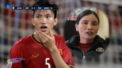 Bố mẹ Văn Hậu xót con bị thúc vào cằm, khuyên con kiềm chế khi đấu Malaysia