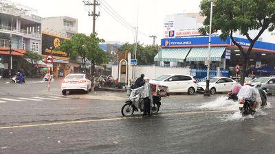 Mưa lớn trở lại, Đà Nẵng lại chìm trong nước, hoãn họp HĐND thành phố sang tuần sau