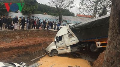 Xe container bay qua dải phân cách gây tai nạn liên hoàn