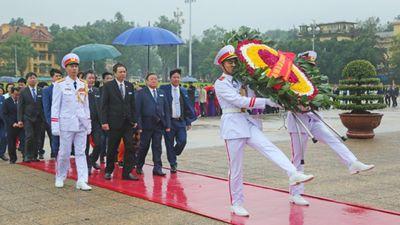 Đại biểu nông dân dâng hoa viếng Bác và tưởng niệm anh hùng liệt sỹ