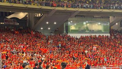 Khoảng 2.000 CĐV Việt Nam có mặt trên sân Bukit Jalil để cổ vũ thầy trò HLV Park Hang-seo
