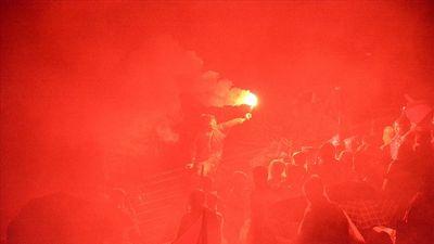 CĐV sân Hàng Đẫy đốt pháo sáng ăn mừng bàn thắng đội tuyển Việt Nam