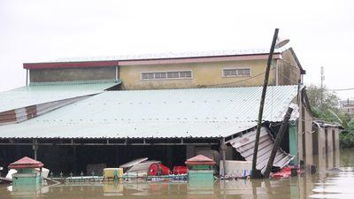 Mưa lịch sử nước ngập đến cổ người, hàng trăm ngôi nhà chỉ còn nhìn thấy nóc