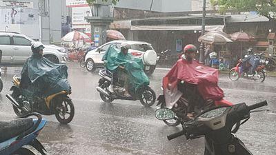 Sáng sớm, Sài Gòn mưa to kèm dông sét mù trời