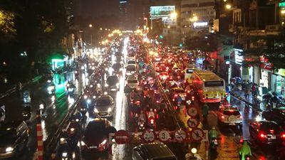 Tắc khắp lối, người Hà Nội nhích từng mét trong mưa rét tái tê