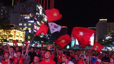 Dòng người đổ ra đường, giao thông ùn ứ sau trận hòa 2-2 của đội tuyển Việt Nam với Malaysia