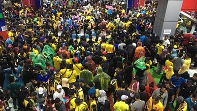 Chung kết AFF Cup 2018: Chưa đến giờ G, hàng ngàn CĐV đã đổ tới SVĐ Bukit Jalil bất chấp mưa trắng trời