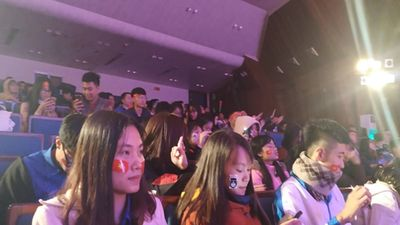 Kết thúc hiệp 1, nhóm sinh viên mừng vui tổ chức văn nghệ giữa giờ tại nhà văn hóa thanh niên thành phố