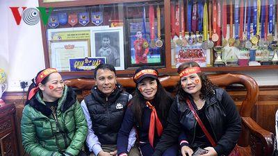 Hàng nghìn cổ động viên cuồng nhiệt đổ về nhà tiền vệ Quang Hải