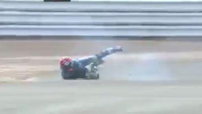 Tay đua môtô té lộn vòng liên tục trên đường đua