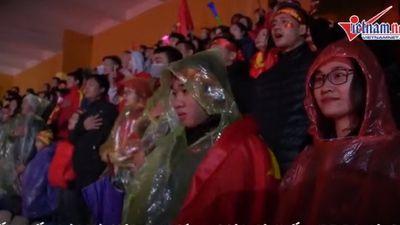 CĐV hát quốc ca trong mưa rét cổ vũ ĐTVN