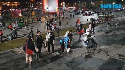 Người Đà Lạt nhặt rác dọn sạch quảng trường sau khi xem chung kết AFF Cup