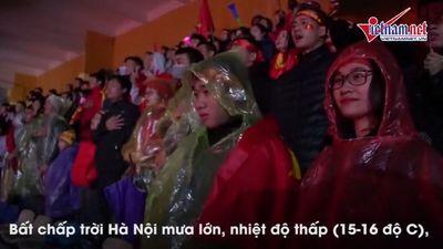 Xúc động cảnh CĐV hát quốc ca trong mưa, co ro cổ vũ Việt Nam