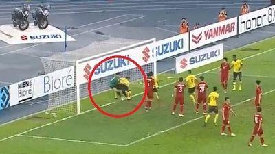 CĐV bức xúc khi Văn Lâm bị cầu thủ Malaysia húc ngã sau pha rút ngắn tỉ số