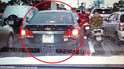 Ôtô lùi xe bất chấp, tông vào xe sau dù đã nghe tiếng còi nhiều lần
