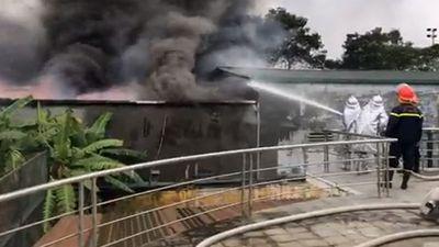 Cháy lớn tại gara ô tô gần sân vận động Mỹ Đình