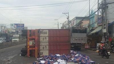 Container nổ bánh lật giữa đường, hàng trăm thùng bia văng tung tóe