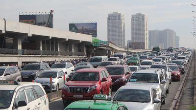 Ùn tắc khủng khiếp, hàng nghìn ô tô chôn chân trên cầu Sài Gòn đúng giờ cao điểm