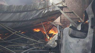 Clip: Cận cảnh hiện trường gara ô tô gần sân vận động Mỹ Đình, Hà Nội bốc cháy dữ dội