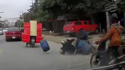 Chở hàng cồng kềnh, hai xe máy va quẹt nhau đổ tràn ra đường