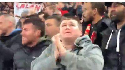 Xúc động khoảnh khắc fan khiếm thị mừng bàn thắng ngoài sân vận động