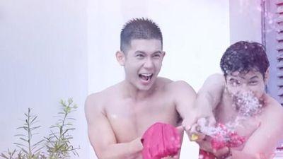 Siêu mẫu Xuân Hùng 'tắm tiên' cùng hotboy Hữu Tài khiến nữ sinh trong 'Hoán đổi thanh xuân' mê mệt vì body cực chuẩn