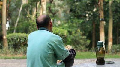 Ông lão 65 tuổi đau đớn khi biết vợ trẻ 28 tuổi có bầu với con trai mình