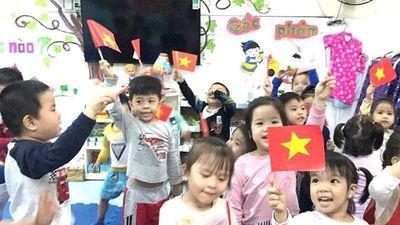 Các be mầm non cổ vũ đội tuyển Việt Nam