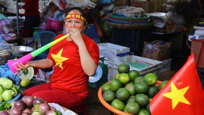 Tiểu thương Đà Nẵng treo cờ kín chợ, nhảy múa cổ vũ đội tuyển