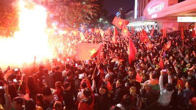 Biển người nhuộm đỏ trung tâm Hà Nội