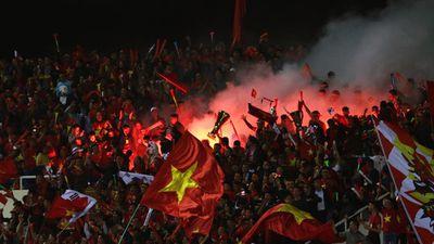 Pháo sáng xuất hiện trên trên khán đài sân Mỹ Đình sau bàn mở tỷ số của Anh Đức