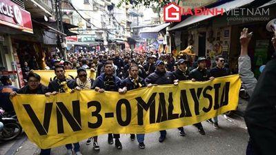 CĐV Malaysia đốt pháo sáng thách thức Việt Nam giành ngôi vô địch