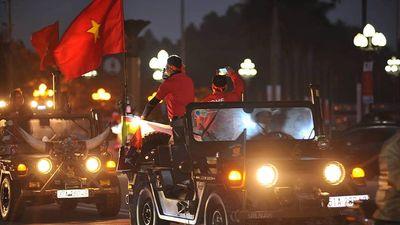 Nghệ An: Cổ động viên đổ ra đường tiếp lửa cho đội tuyển Việt Nam
