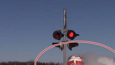 Ngoạn mục cảnh tàu hỏa 'xé' tuyết khi vào nhà ga