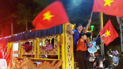 Độc lạ: Mang cả xe tang đi diễu hành mừng chiến thắng