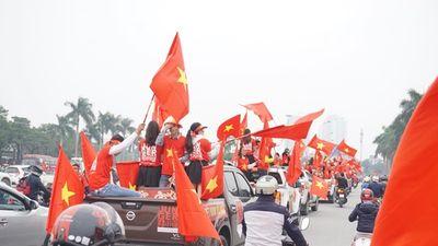 Ô tô, xe cày rủ nhau xuống phố diễu hành quanh Hà Nội cổ vũ đội nhà đá Chung kết AFF Cup