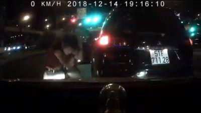 Tài xế côn đồ đánh dã man người bị lùi xe trúng ở TP.HCM