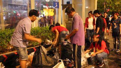 'Biệt đội' thầm lặng dọn rác ở phố Nguyễn Huệ sau trận chung kết AFF