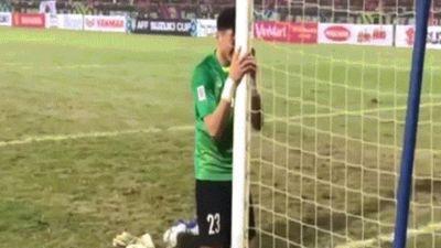 Clip: Văn Lâm ôm cột dọc khóc nức nở sau khi Việt Nam vô địch