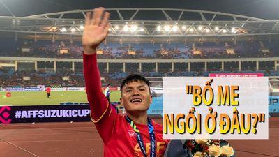 Đồng đội ăn mừng cùng chiếc cúp, còn Quang Hải chỉ mải mê làm việc này